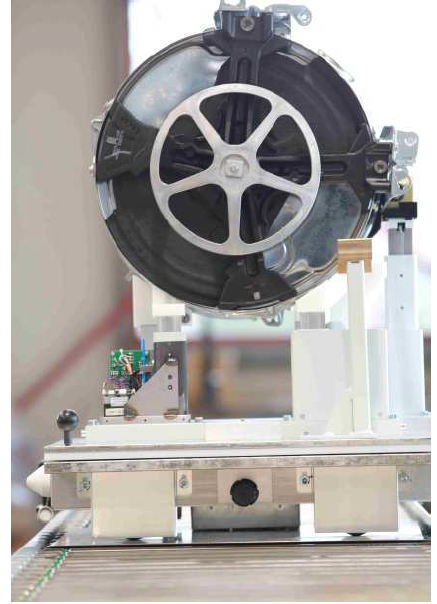 Active force-sensitive workpiece carrier with a washing unit