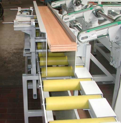 Paketbildung für Laminatbodenbretter mit Zwischenpuffer