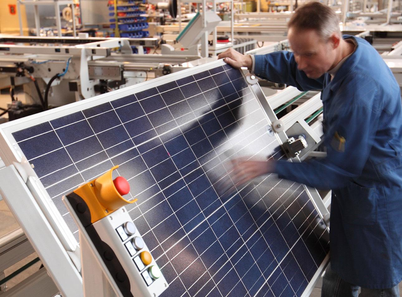 Cleaning Station ist Bestandteil der Solarmodul Produktion