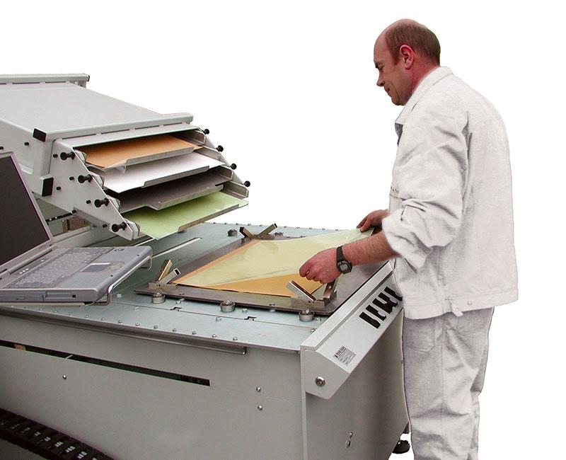 Legestation mit Deckplattenabhebung, Stiftnachführung und Nutzenbereitstellung