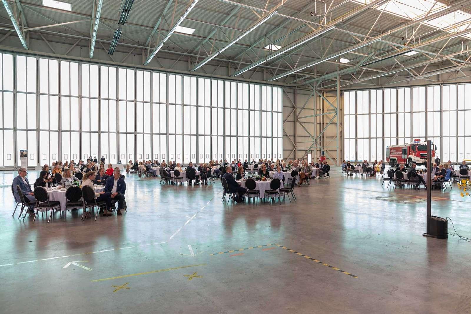 Veranstaltungsort war der Werft-Hangar des Flughafens Paderborn