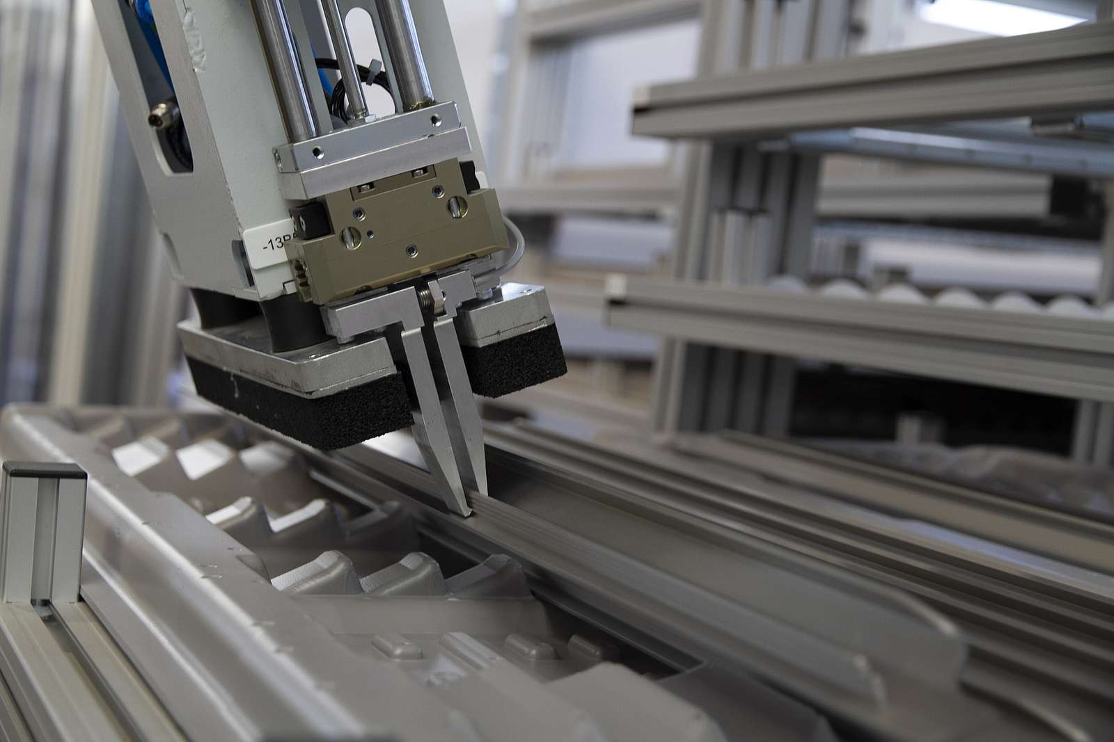 Greifersystem zur automatisierten Montage in der Möbelindustrie