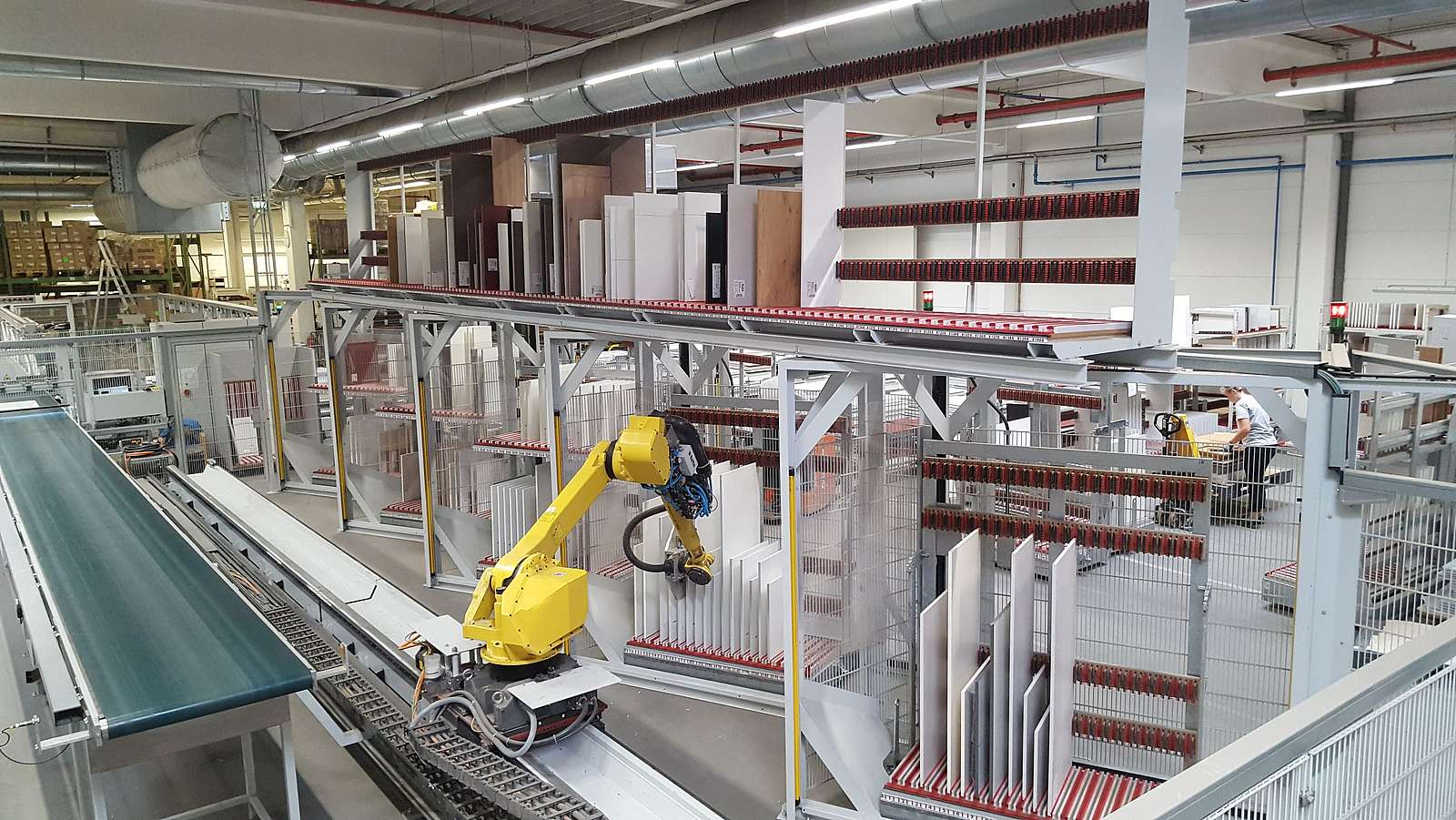 Kommissionierung durch Roboter und Greifer in der Möbelindstrie