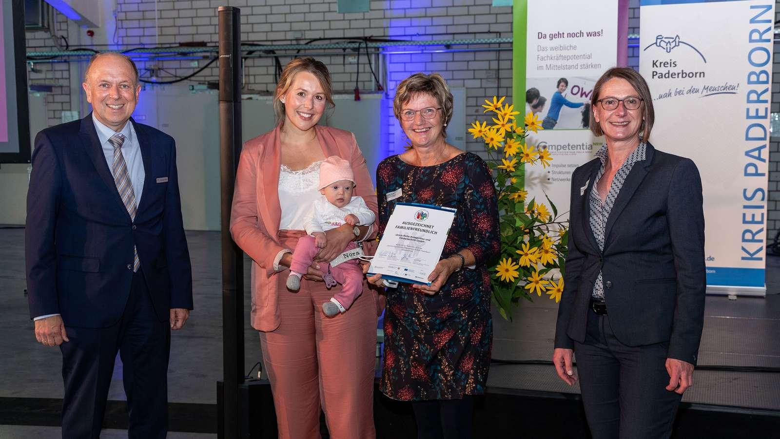 Die Auszeichnung nahmen gleich drei Generationen entgegen: Corinna Rotte mit Nora und Brigitte Rotte