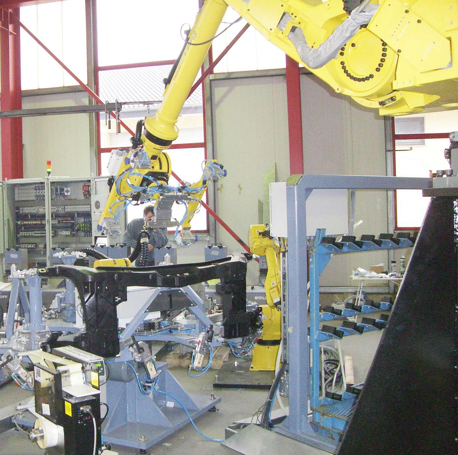 Roboterautomatisiertes Einsetzen von Spritzgußteilen in den Rundtaktisch