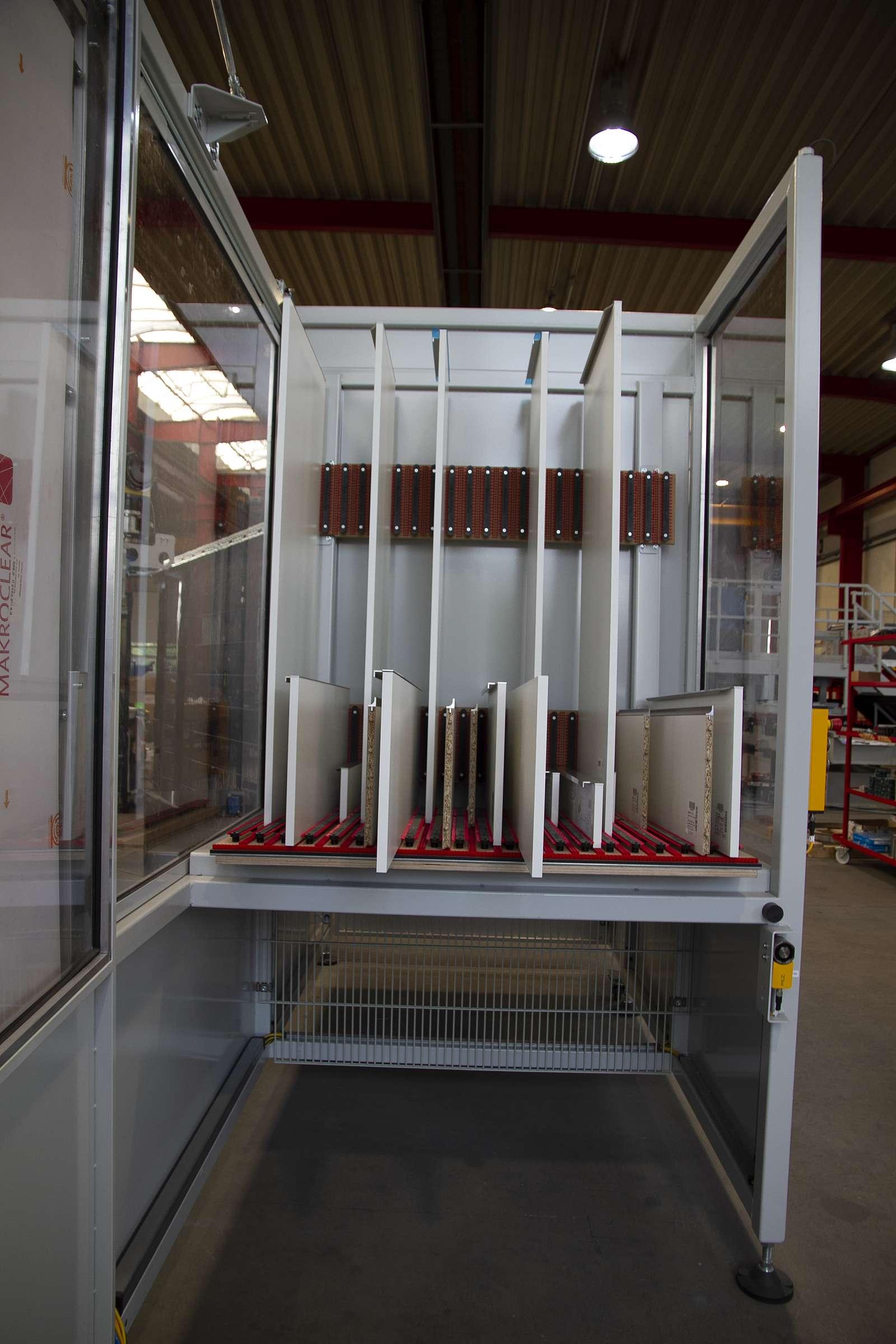 Ablage der fertigen Fronten erfolgt durch den Roboter in einem geteilten Ablageregister