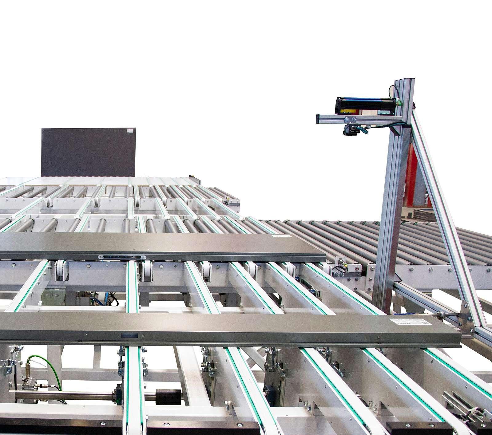 Lage der Platte wird vermessen, sodass der Roboter positionsgenau greifen kann