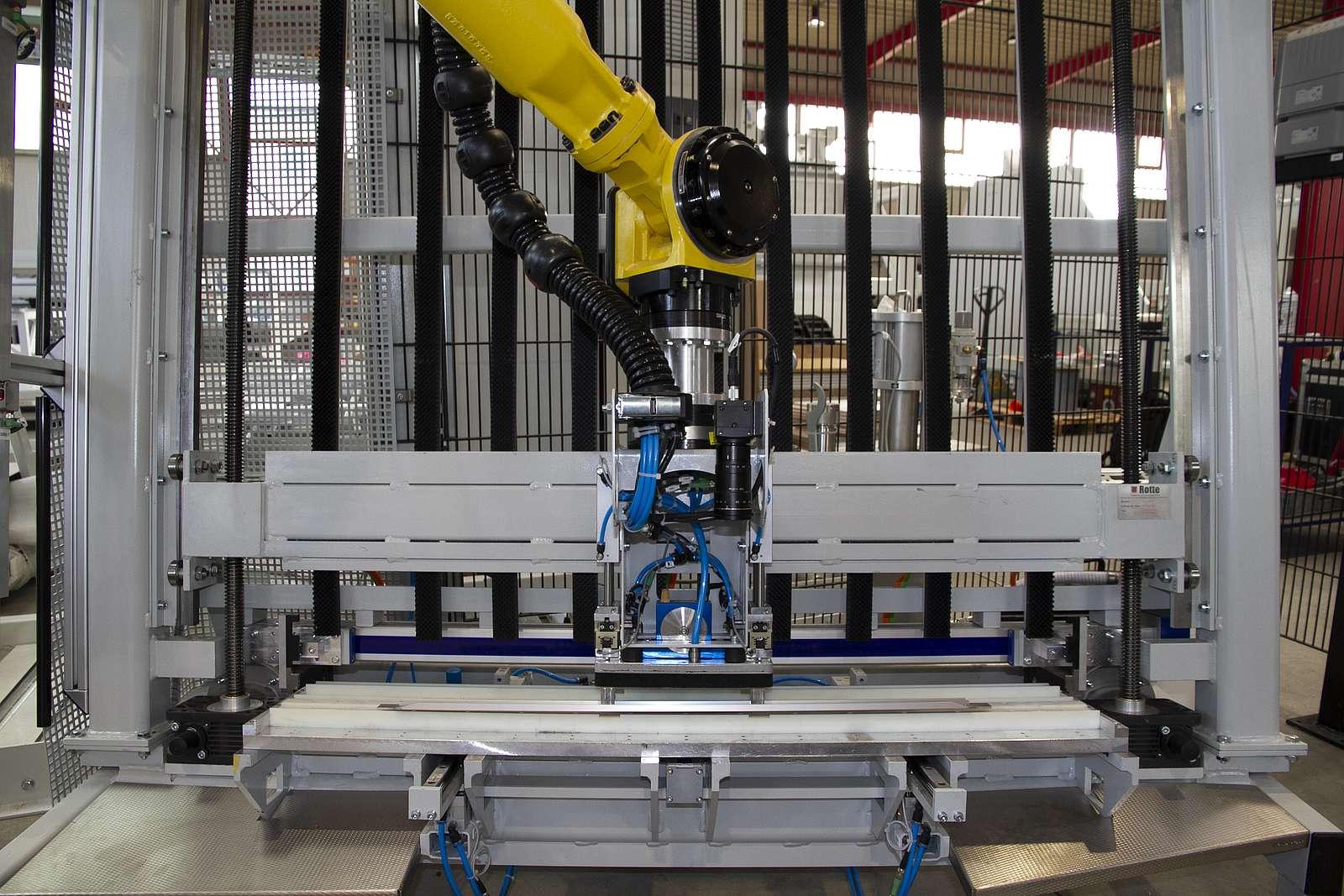 Roboter greift Griffleiste zum automatischen Montieren